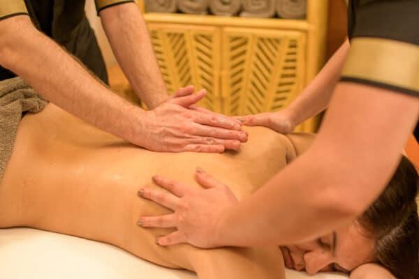 Massage relaxant du corps à 4 mains.